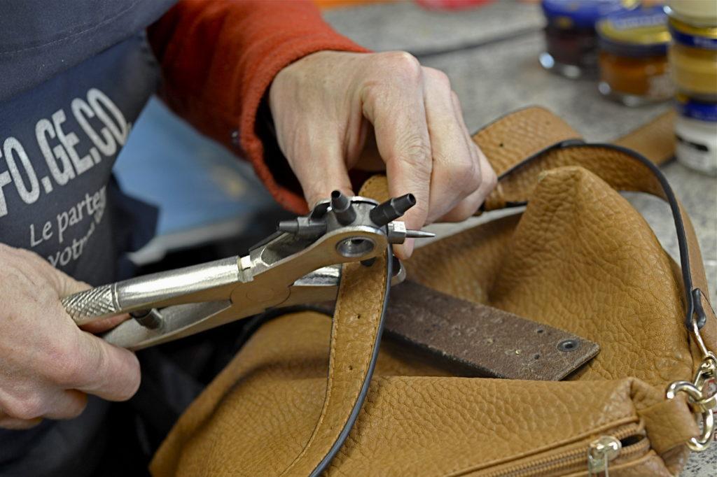travail sur une bride en cuir
